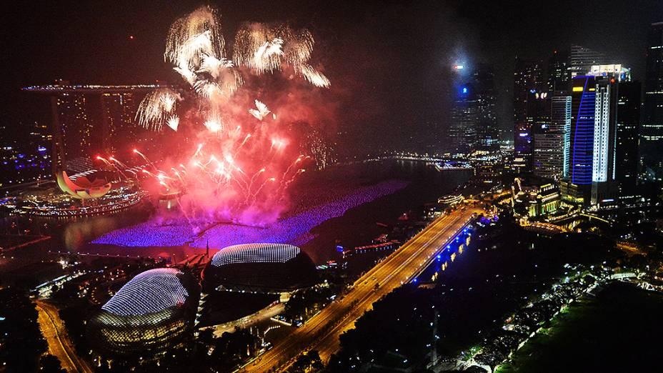Quema de fogos sobre o horizonte de Cingapura durante as celebrações de Ano Novo