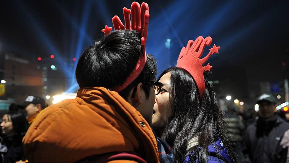 Casal sul-coreano celebra a virada de ano com um beijo durante comemoração em Seul