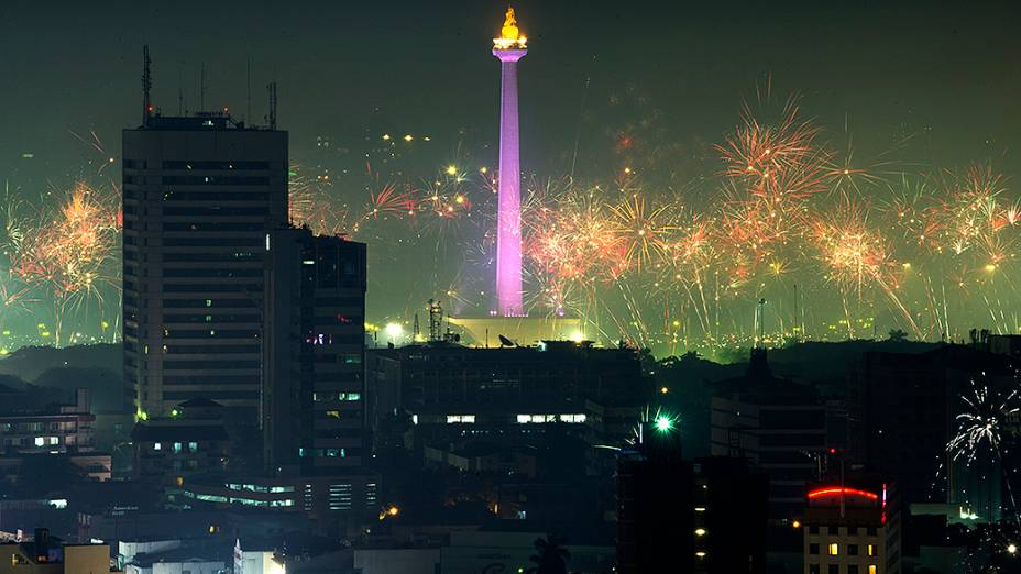 Show de fogos de artfício celebra a chegada do Ano Novo, em Jacarta, na Indonésia