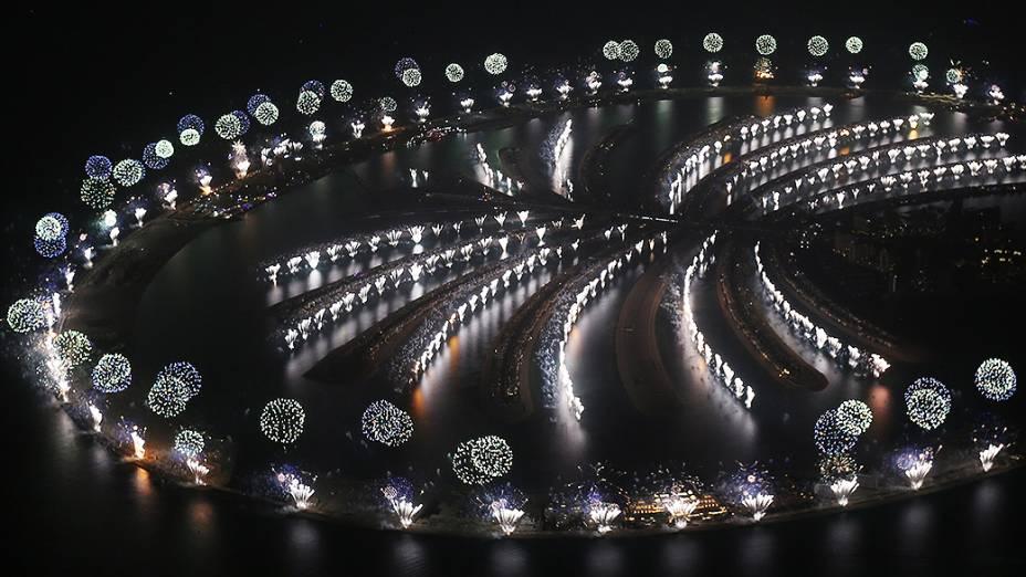Fogos de artifício explodem sobre as ilhas artificiais de Palm Jumeirah em Dubai, nos Emirados Árabes