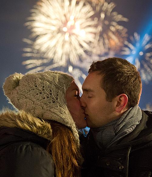 Casal se beija durante comemorações de Ano Novo em Berlim