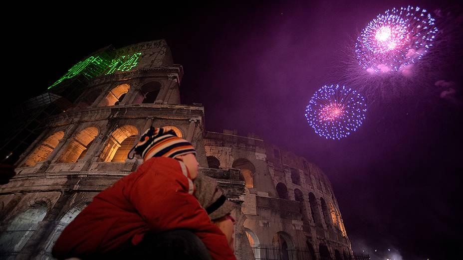 Italianos celebram a chegada de 2014 com queima de fogos de artifício perto do Coliseu, em Roma