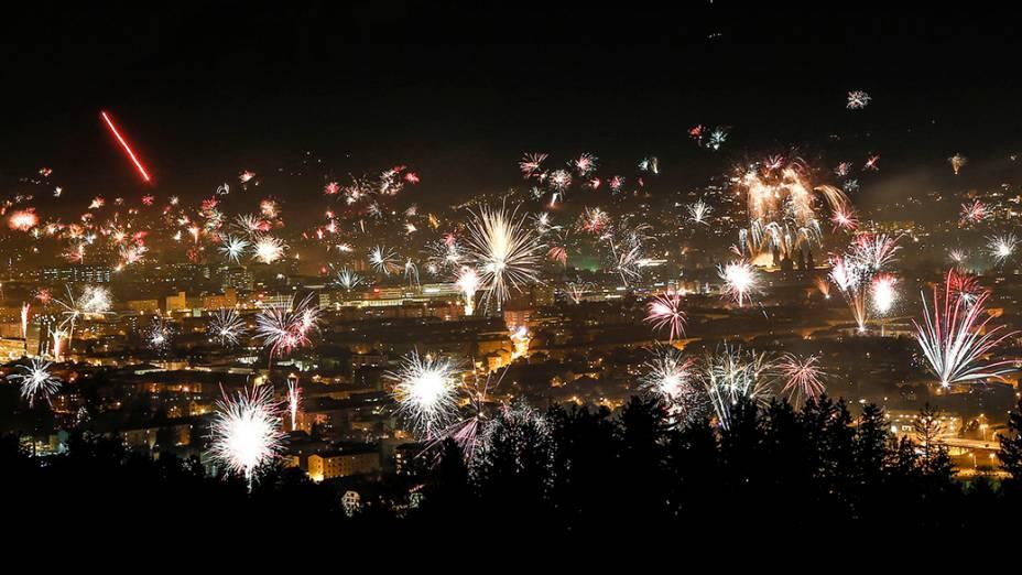 Show de fogos de artifício na cidade de Innsbruck na Áustria para celebrar a chegada de 2014