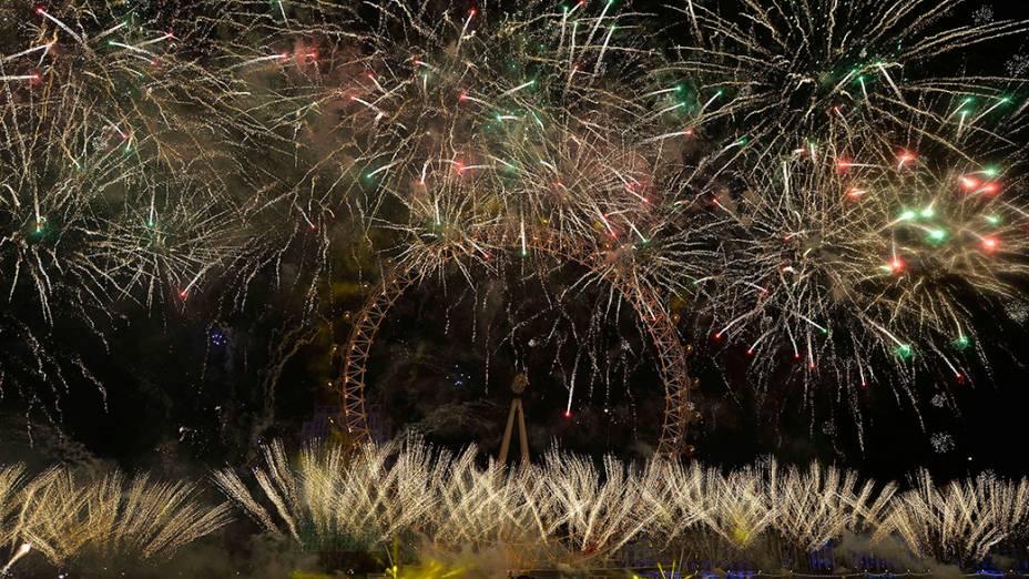 Milhares de pessoas encheram as margens do Rio Tamisa, no centro de Londres para ver a chegada Ano Novo com uma espetacular queima de fogos ao redor da London Eye