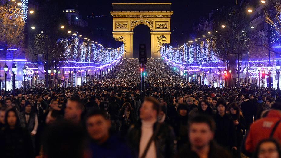 Franceses celebram a chegada de 2014 na Champs-Elysées, em Paris