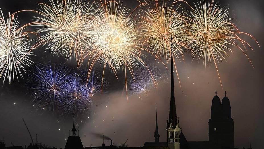 Show de fogos de artifício em Zurique, na Suíça para celebrar o Ano Novo