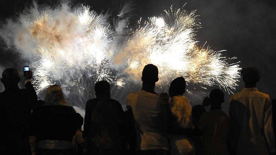 Fogos de artifício explodem sobre a Lagoa Ebrie durante as celebrações de Ano Novo em Abidjã, Costa do Marfim