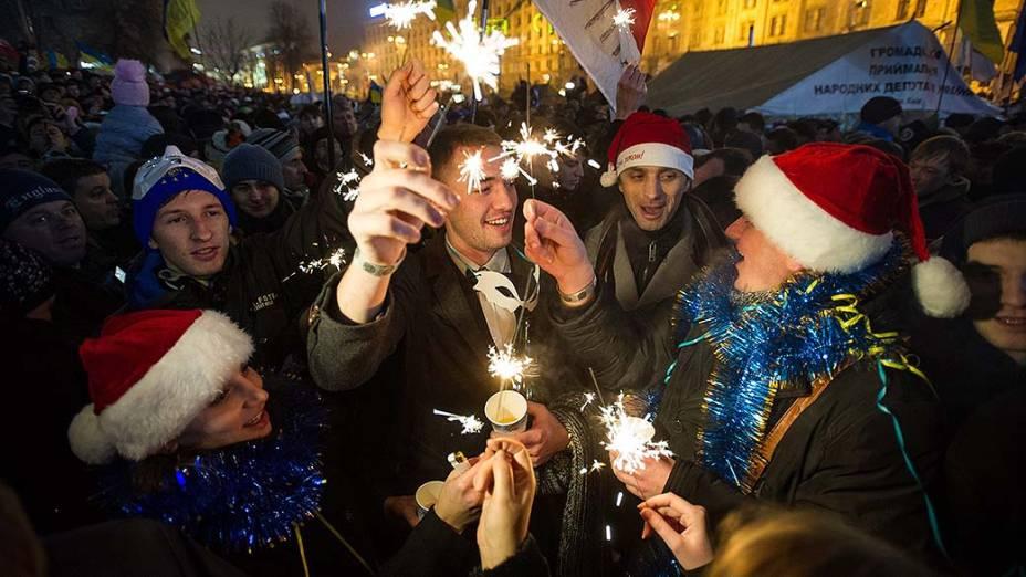Ucranianos celebram a chegada de 2014 na Praça da Independência em Kiev, palco recente de protestos no país