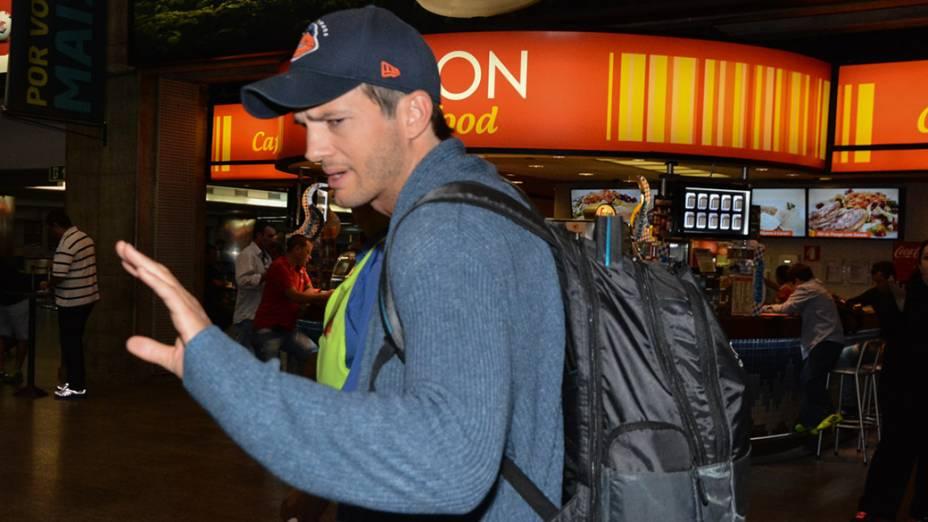 Ashton Kutcher acena para fãs no Aeroporto Internacional de Guarulhos, em São Paulo