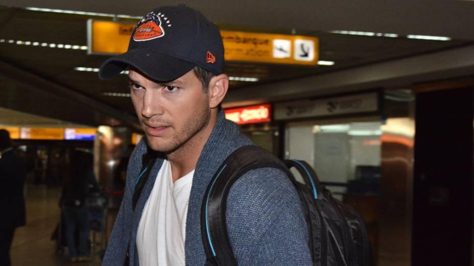 O ator americano Ashton Kutcher desembarca no Aeroporto Internacional de Guarulhos, em São Paulo