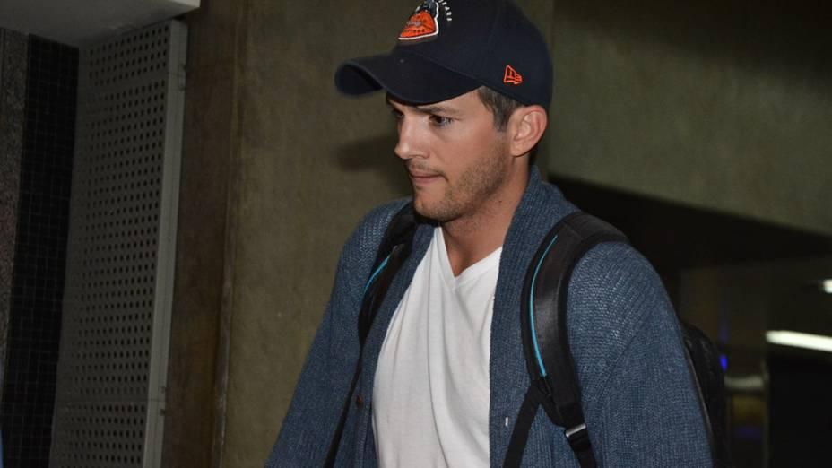 Sem a companhia da mulher, a atriz Mila Kunis, Ashton Kutcher desembarca no Aeroporto de Guarulhos, em São Paulo