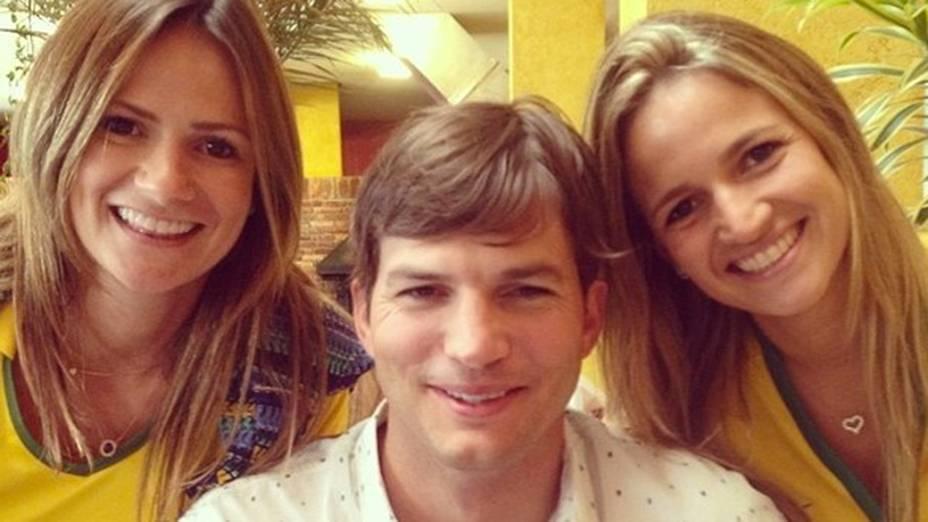 Ashton Kutcher posa com fãs no estádio Mineirão, em Belo Horizonte