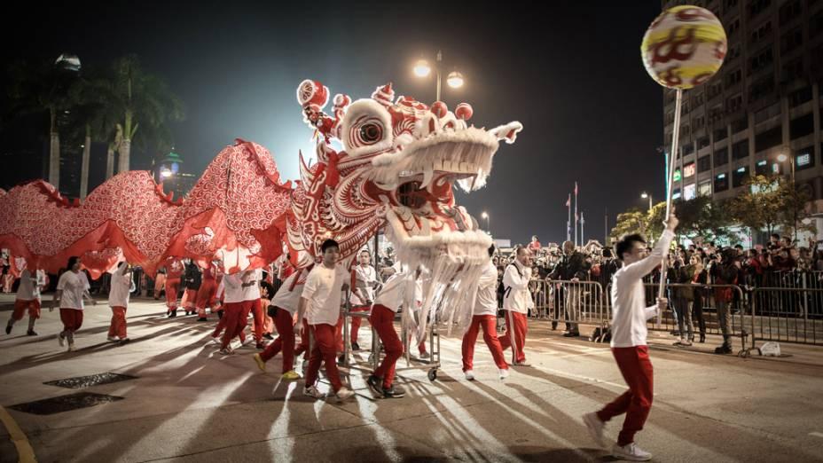 Dançarinos desfilam com um dragão durante o ano novo chinês, em Hong Kong