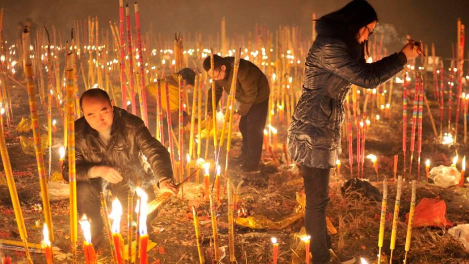 Devotos acendem incensos para pedirem boa sorte, durante o primeiro dia do Ano Novo Lunar chinês que saúda o Ano do Cavalo, em Chongqing na China