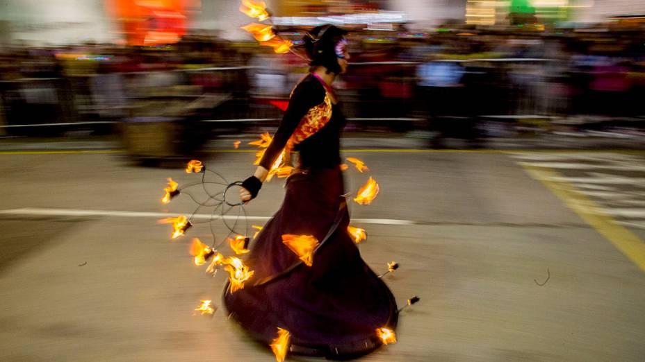 Dançarinas desfilam durante a parada do Ano Novo chinês, em Hong Kong