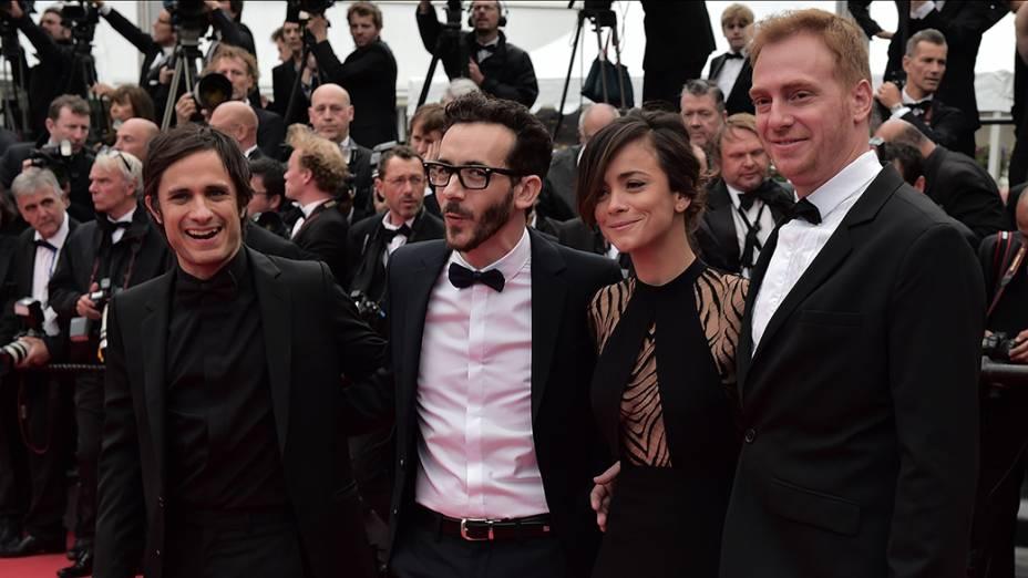 Elenco do filme El ardor posa para os fotógrafos durante cerimônia do 67º Festival de Cinema de Cannes, na França