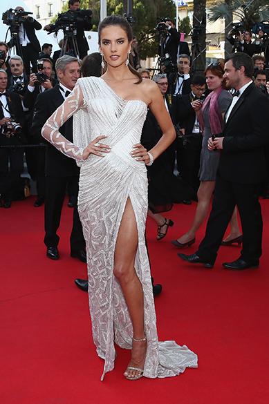 A modelo brasileira Alessandra Ambrosio é fotografado durante cerimônia do 67º Festival de Cinema de Cannes, na França