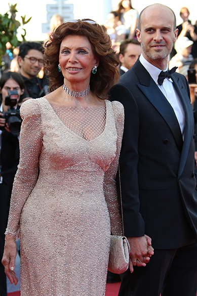 A atraiz italiana Sophia Loren posa com o filho, o diretor Edoardo Ponti, durante cerimônia do 67º Festival de Cinema de Cannes, na França