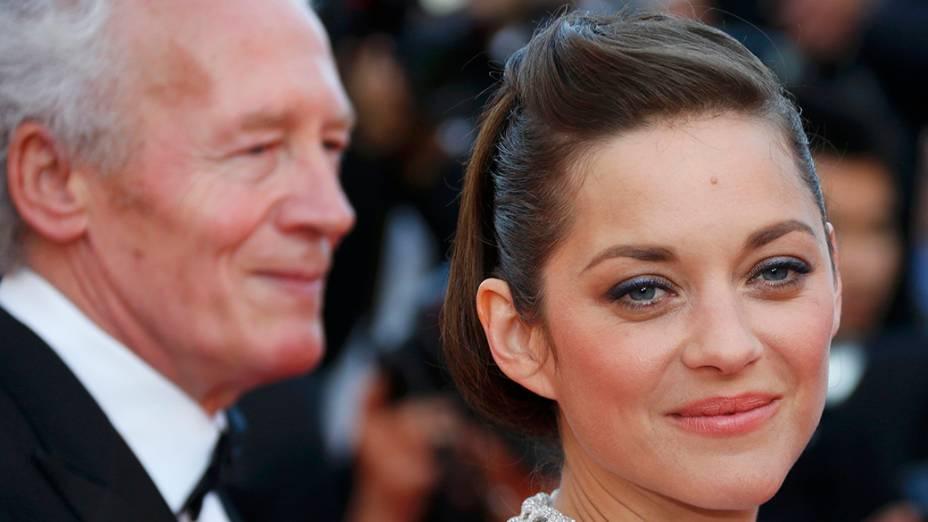 O diretor Jean-Pierre Dardenne é fotografado ao lado da atriz Marion Cotillard durante a exibição do filme Deux jours, une nuit, em cerimônia do 67º Festival de Cinema de Cannes