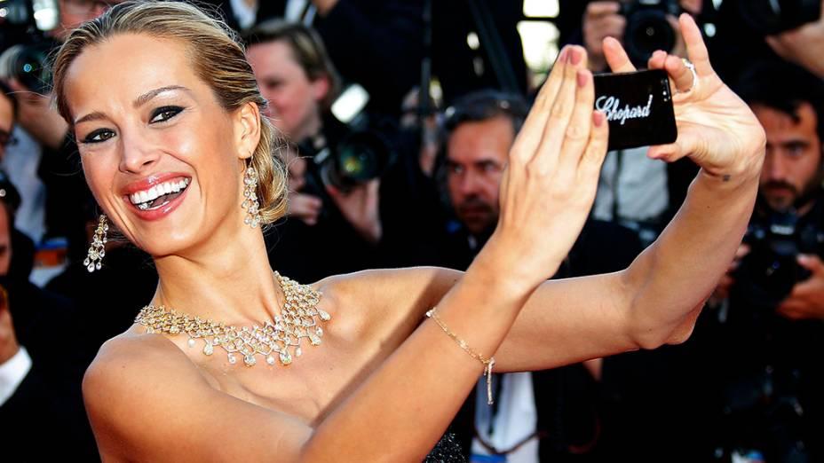 A modelo Petra Nemcova é fotografada enquanto faz uma selfie no tapete vermelho do 67º Festival de Cinema de Cannes