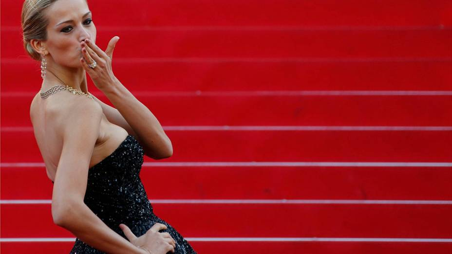 A modelo Petra Nemcova é fotografada durante a exibição do filme Deux jours, niut une, em cerimônia do 67º Festival de Cinema de Cannes, na França
