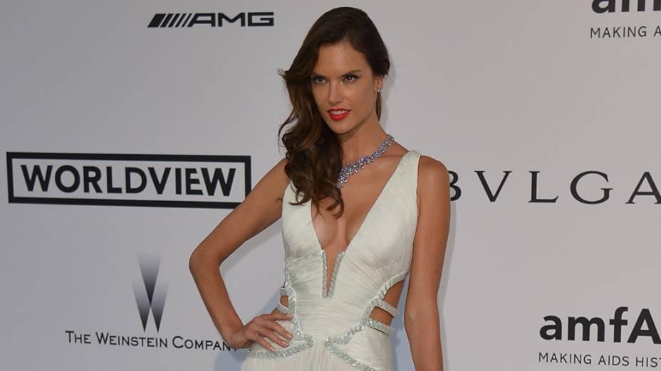 A modelo brasileira Alessandra Ambrosio é fotografada durante cerimônia do 67º Festival de Cinema de Cannes, na França