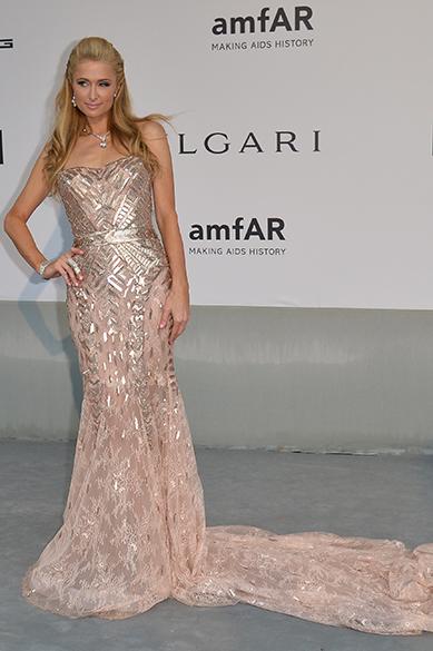 A socialite Paris Hilton posa para os fotógrafos ao chegar para a amfAR 21, um evento contra a AIDS que ocorre anualmente durante o Festival de Cannes
