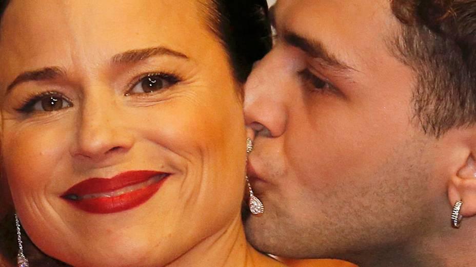 O diretor Xavier Dolan dá um beijo em Suzanne Clement durante a exibição do filme Mamãe em competição no 67º Festival de Cinema de Cannes
