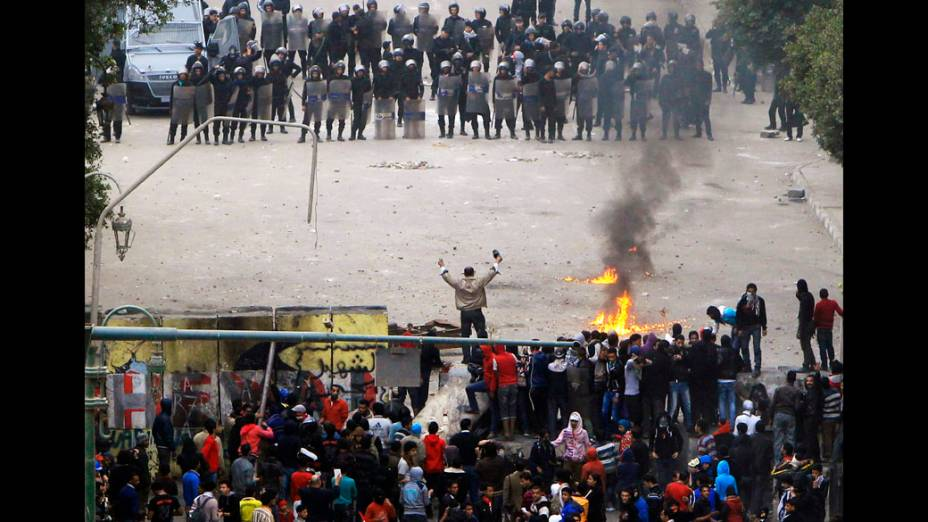 Manifestantes após derrubarem muro que os impediam de chegar ao Parlamento e ao prédio do Gabinete perto da Praça Tahrir no Cairo, Egito
