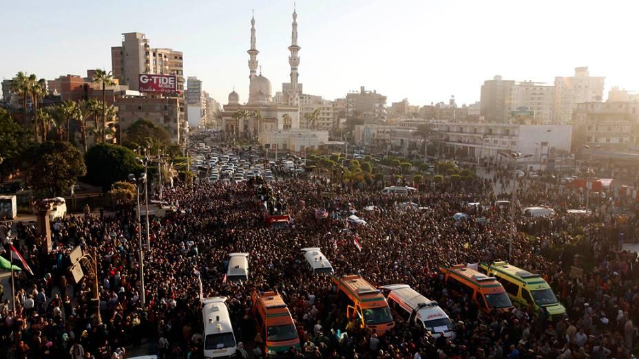 Egípcios participaram do funeral das vítimas de um ataque a bomba que destruiu um prédio da polícia em Mansura, ao norte da cidade do Cairo