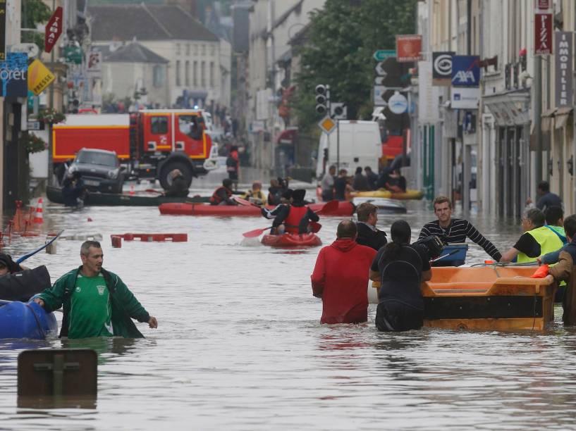 Bombeiros resgatam moradores que ficaram ilhados, devido às fortes chuvas que provocaram enchentes na região de Nemours, na França