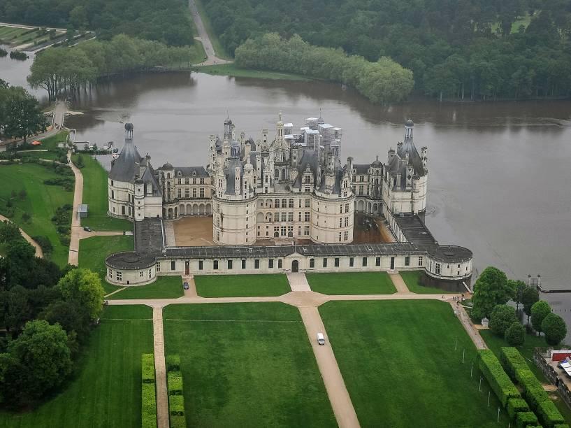Parte do terreno do Castelo de Chambord aparece inundado, após enchente do rio Cosson, na França
