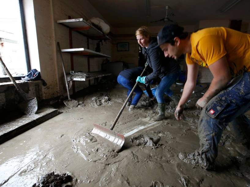 Moradores limpam a lama que invadiu suas casas, após enchente atingir a cidade de Simbach am Inn, na Alemanha