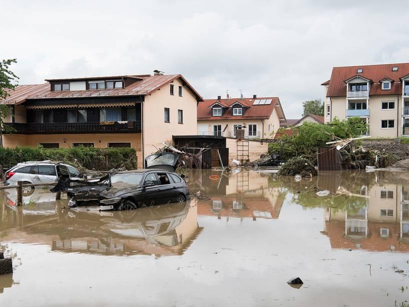 Carros aparecem destruídos após as fortes chuvas que atingiram a cidade de Simbach am Inn, na Alemanha