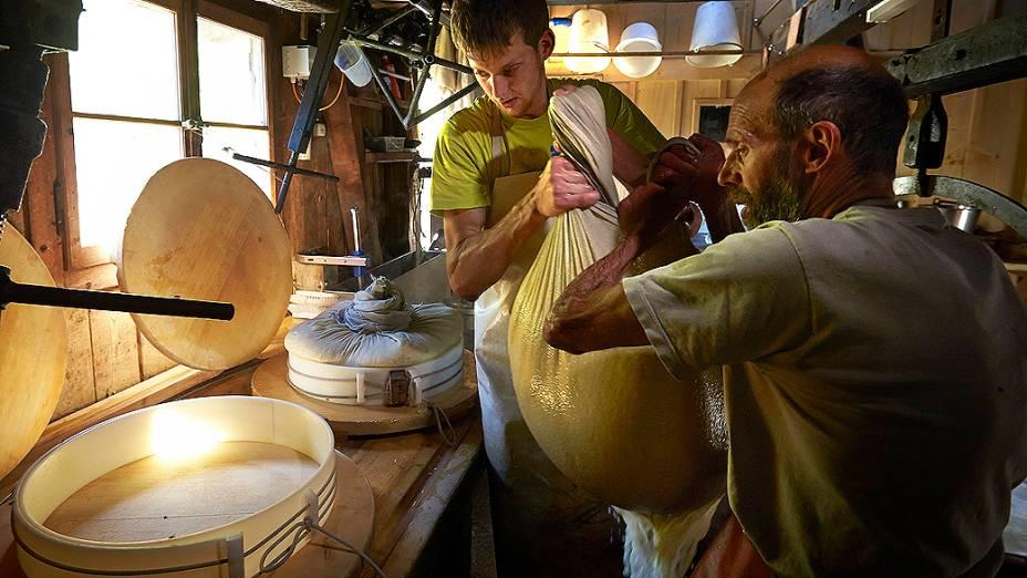 Jaques e seu filho Alexandre trabalham juntos na fabricação dos queijos na fazenda da família
