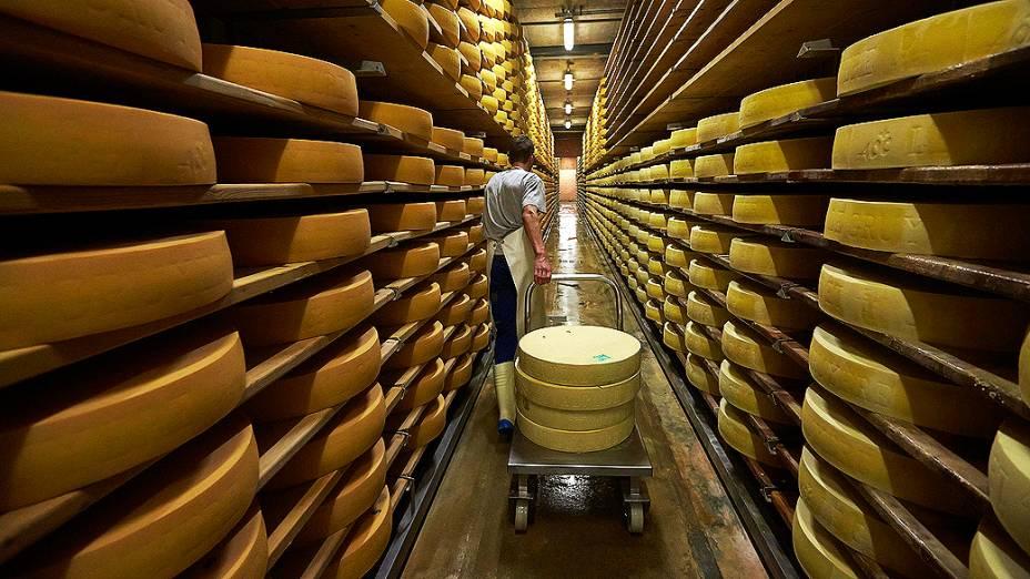 Alexandre Murith transporta as rodas de queijo para entrega no porão de amadurecimento em Gruyères, Suíça