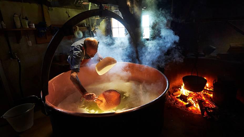 Jaques Murith prepara o soro que será utilizado na fabricação dos queijos na fazenda de sua família, em Gruyères, na Suíça