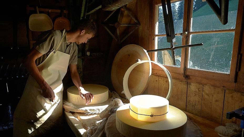 Alexandre Murith observa um queijo recém fabricado no chalé da fazenda da família. Os queijos pesam entre 25 e 40 quilos