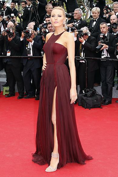 A atriz americana Blake Lively posa para fotógrafos durante a cerimônia de abertura do 67º Festival de Cinema de Cannes, na França