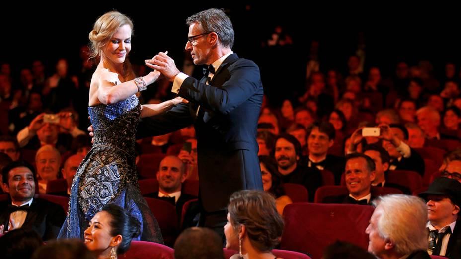 O mestre de cerimônia Lambert Wilson dança com a atriz Nicole Kidman durante a festa de abertura do 67º Festival de Cinema de Cannes, França