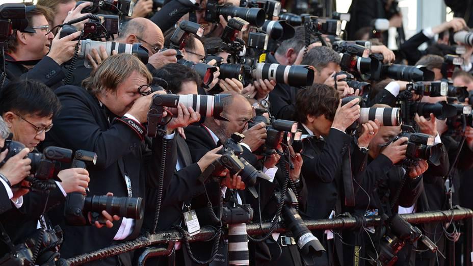 Centenas de fotógrafos se posicionam para registrar os convidados do 67º Festival de Cinema de Cannes