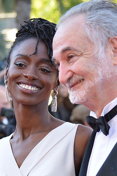 A atriz francesa Aissa Maiga posa do lado do escritor Jacques Attali durante cerimônia do segundo dia do 67º Festival de Cinema de Cannes