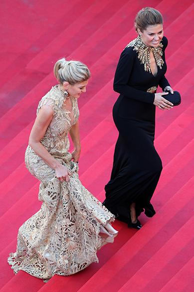 As apresentadoras de Tv Hofit Golan e Victoria Bonya são fotografadas durante a cerimônia do segundo dia do 67º Festival de Cinema de Cannes