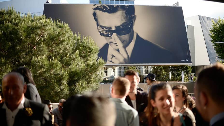 Cartaz marca a exposição Lisa Roze que acontece durante o 67º Festival de Cinema de Cannes, na Fraça