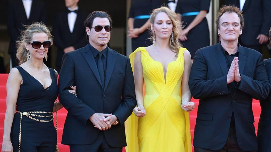 Kelly Preston, John Travolta, Uma Thurman e o diretor Quentin Tarantino posam juntos durante a exibição do filme Sils Maria no 67º Festival de Cinema de Cannes