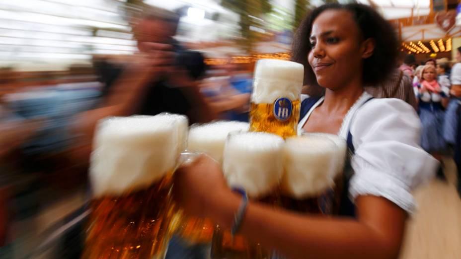 Garçonete carrega canecas de cerveja durante a cerimônia de abertura da 180° Oktoberfest em Munique, na Alemanha