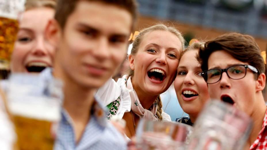Visitantes brindam durante o 180° Oktoberfest em Munique, na Alemanha