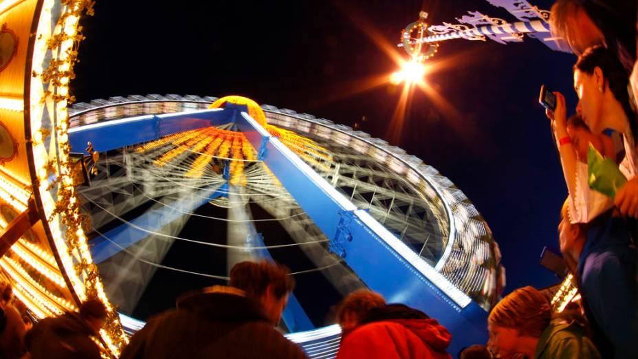 Pessoas fazem fila ao lado de uma roda gigante no Oktoberfest 2013, em Munique, Alemanha