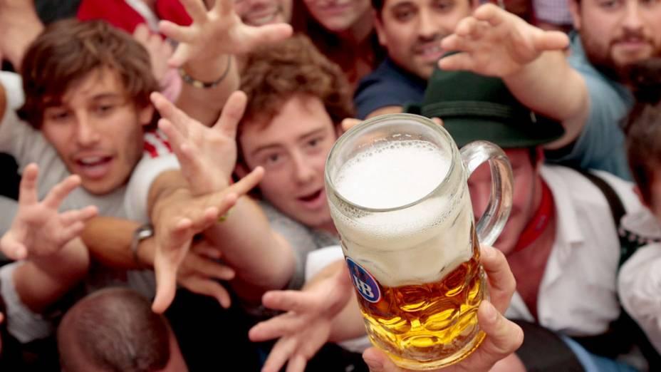 Foliões chegam para a primeira caneca durante a cerimônia de abertura do 180° Oktoberfest em Munique, na Alemanha