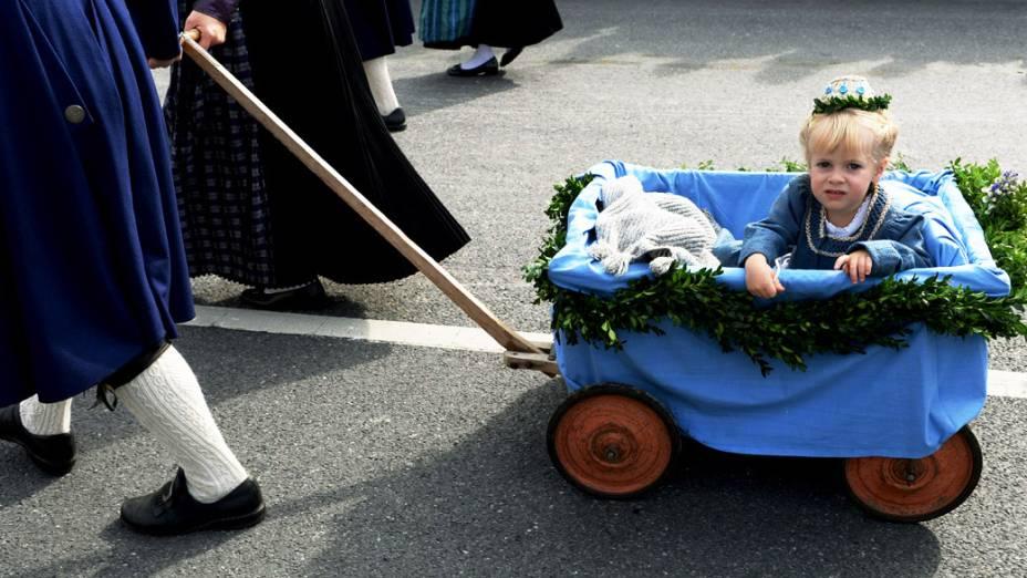 Menina em um carrinho participa de um desfile em frente à igreja Odeons, durante o 180° Oktoberfest em Munique, na Alemanha